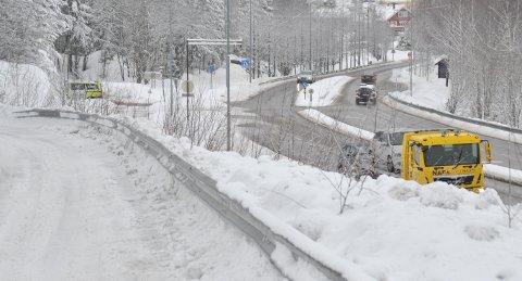 GLATTFØRE:To personbiler i ferd med å bli kjørt vekk av bergingsbil etter ulykka i krysset Hadelandsveien - Brennaveien torsdag morgen.