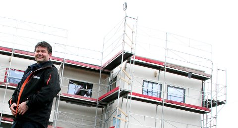 Daglig leder i Åsane Byggmesterforretning, Frank Ståløy, kan konstatere at selskapet har dratt i land en stor kontrakt på Askøy. FOTO: STIAN ESPELAND