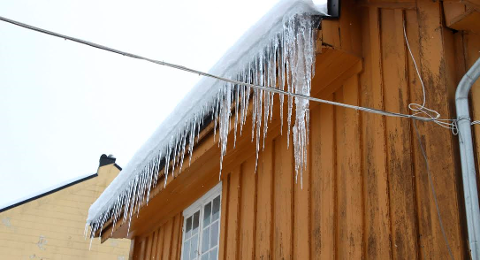 Istapper har så stort skadepotensial at det er ekstra strenge krav til aktsomhet fra huseier. Dette bildet er fra en bygård i Drøbak mandag ettermiddag.