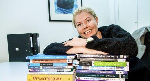 Låner: Iselin Laukvik Tønnesland låner skolebøker på biblioteket fremfor å kjøpe dem. På den måten har hun spart flere tusen kroner.Foto: Juni Wendelin Fasting