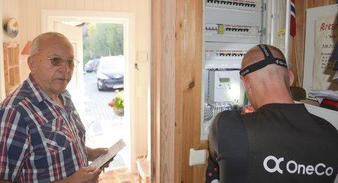 Vips: 20 minutter har montørene satt av til selve målerbyttet, men hos Arne Kristian og Gudrun Solstad i Spirekleiv tok det knapt ti minutter før den nye smarte strømmåleren var på plass.Foto: HP Bjerva