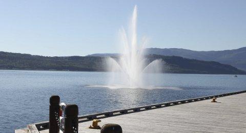 Publikumsfavoritt: I det vannet står på strømmer mange til brygga for å få et nærmere syn av fontenen, men det er et syn som kan bli slutt på om den ikke lar seg reparere.