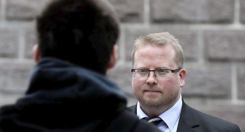 Rettssak: Bekymringsmeldingene til barnevernet sto i kø. Nå blir det rettssak om erstatningsbeløpet til en nå 22 år gammel mann som vokste opp i Fauske, her i samtale med sin advokat Stian Henriksen.