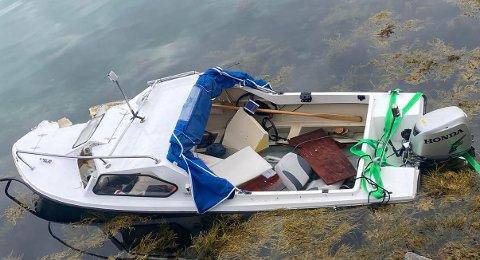 Slik ser båten ut etter å ha blitt slept til land. Foto: AN-tipser