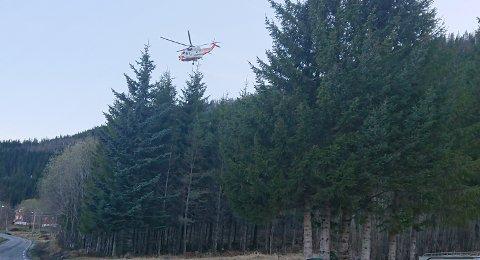 Søkemannskaper leter søndag kveld etter en eldre mann i Nordfold i Steigen.