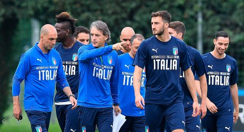 Italy's coach Roberto Mancini talks to his players during a training session at the Juventus' sport center in Vinovo, near Turin, Italy, Sunday, June 3, 2018. Italy will play the Netherlands in a friendly match in Turin Monday. (Alessandro Di Marco/ANSA via AP)