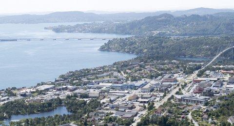 Spredt: På Knarvik ønsker politikerne å bygge et mer bylignende tettsted, med storparten av parkeringen borte fra overflaten. Nå vil de ha staten til å være med å betale på gildet. FOTO: ARNE RISTESUND