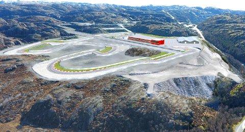 KROHEIA: Illustrasjon av KNA Raceway sitt planlagte motorsportsenter i Kroheia. Øverst til høyre ser vi Titanias gruve på Tellenes. (Biltrialbanen vest for anlegget          er ikke med på bildet.) :