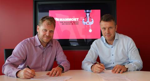 SAMARBEIDSPARTNARAR: Tom Rutgrink, regional marknadssjef i Mammoet Europe, og Tor Gjertsen, direktør i Lutelandet Offshore, signerer avtale.