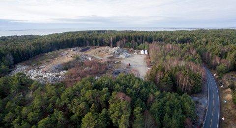 Planlagt pukkverk: Området er på 50 mål ved tunnelåpningen på Kirkeøy. Det er meningen å sprenge seg ned i fjellet og lage pukkverk, noe som førte til voldsomme protester.