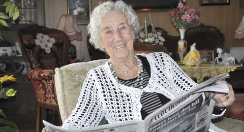 FEIRING: Den utrolig spreke 100-åringen er også en ivrig leser av FB. I morgen, lørdag kl. 14.00 -17.00, har Martha Vallestrand åpent hus, og søndag er det familieselskap, begge dager på Kjærre misjonshus. FOTO: BOE JOHANNES HERMANSEN