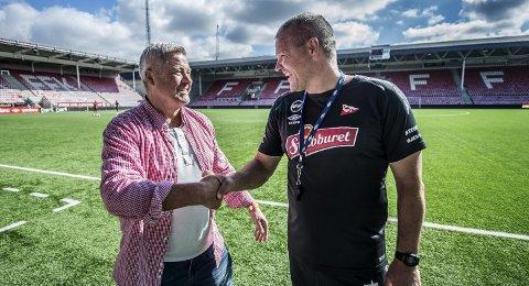 GAMLE VENNER: Per-Egil Ahlsen (til venstre) og Mons Ivar Mjelde fikk mimret om gamle dager på Fredrikstad Stadion. Foto: Geir A. Carlsson