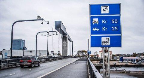 Kostbar utsettelse: Når bomringen kommer, øker satsene på Kråkerøy til 30 og 60 kroner. Med åtte bomstasjoner rundt Fredrikstad skal bilistene, ifølge beregningene, betale over en halv million i bompenger per dag. (Arkivfoto: FB)