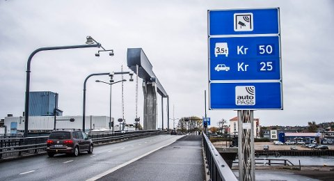 Først 29 kroner, deretter kan det bli 32: Bomsatsene skal opp, og snart skal politikerne avgjøre hvor mye du må betale. Men bomstasjonen på Kråkerøy skal ned når brua er betalt, etter planen i 2026. (Arkivfoto: FB)