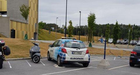 Feilparkert: Europark kontrollerer parkeringsplassen på Kalnes et par ganger i uken. Ifølge scooterkjrer Ole Morten Ersland parkeres da kontrollørenes biler slik...