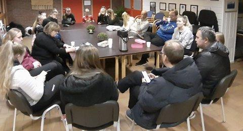 MØTE: Voksne og spilelre hadde møte om mulig damesatsing i Bjerkvik.