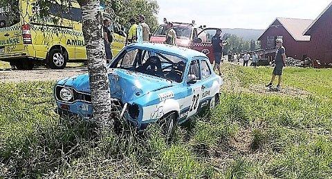 KJØRTE AV VEIEN: Føreren og kartleseren av denne bilen klarte ikke å styre unna dette treet i en krapp høyresving under Aurskog-Høland rally i dag.