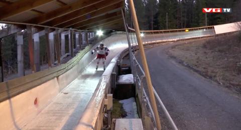 Her står den tidligere hockeyprofilen Erik Follestad ned bobanlegget i Hunderfossen.