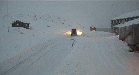 Det er svært glatte fjelloverganger i Sør-Norge. Her et bilde fra Sognefjellshytta torsdag kveld som viser hvor mye snø det kom torsdag kveld.