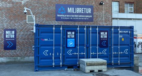 En lukket container som denne blir satt opp ved Elkjøp i Lillehammer. Den betjenes av vektere, og her må du trykke på en knapp for å få levert avfallet ditt.