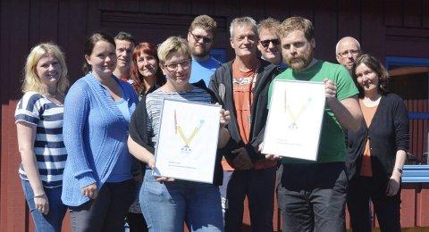 FIKK PRIS: Journalist Atle Nielsen og redaktør Sissel Skjervum Bjerkehagen er tildelt Oppland Journalistlags pris for årets sak 2014. Her sammen med de av avisens medarbeidere som var på jobb mandag.