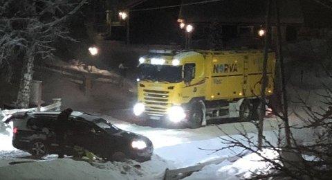 FJERDE: I løpet av en drøy måned har fire biler kjørt av i Dales Veg og havnet på eiendommen til Roger jenserud. Den siste kjørte av mandag kveld. Foto: Roger Jenserud