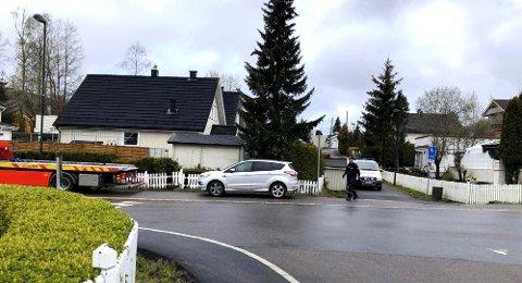 BILEN: Her står bilen til Tom Hagen etter pågripelsen i Nordahl Griegs på Fjellhamar i Lørenskog. FOTO: PER MORTEN SØDAL