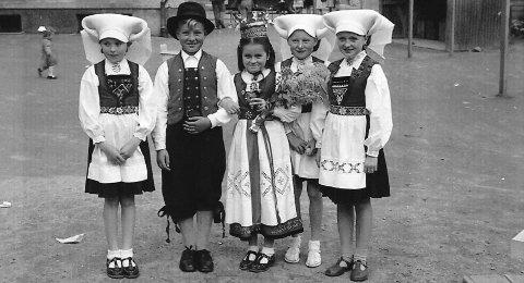 Sterk Tradisjon: Frå venstre, skautakone Else Hvidsten Kolve, brurepar Tom Janson og Solveig Hvidsten Sandstå, skautakoner Liv Moe Vikane og Brita Ohm Linge.
