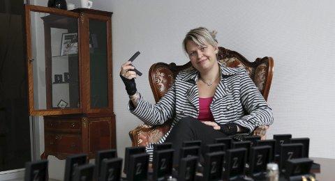 Zilver neckless: May Helen Bleie har funne seg til rette i det gamle DnB-lokalet.
