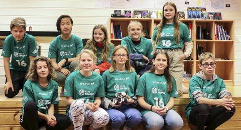 Konkurranse: T-skjortene som elevane brukar fungerer som inngangsbillettar til konkurransen First Lego League.Foto: Inga Øygard Jaastad