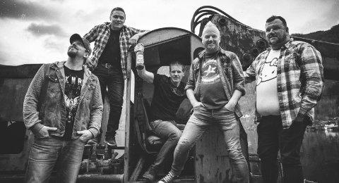 Gunslingers: Bandet med røtter i Tørvikbygd spiller på Røldalsgarasjen skjærtorsdag. Her blir det popcountry sunget på ekte Hardanger-dialekt. Pressefoto: Jarle H. Moe