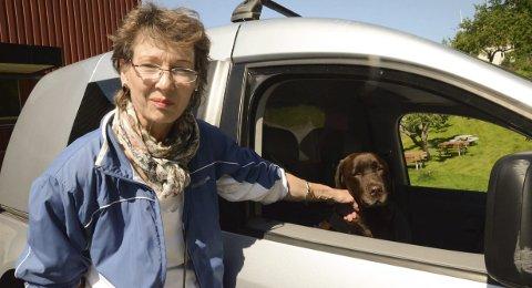 Luft!  Anne Marie og Jazzie i  lånt bil.  I eiers bil har Jazzie egen plass bak.