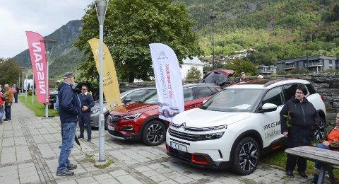 Bilshow: Torsdag vert det bildag i Almerkeparken i Odda. 27 ulike forhandlarar kjem for å vise fram nye bilar. Her frå bildag i Almerkeparken i 2019.arkivfoto