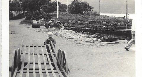 Utne boy: Sjur Utne på Utne i 1938. Kjerra var det kan hende far hans, Jakob, som eigde. I bakkant ser me det som tidlegare var nytta som potetåker, midt i Utne sentrum.Foto: Anni Stix