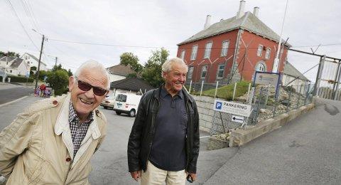 TILBAKE: 71 år etter at de som tenåringer ble arrestert av Statspolitiet er Edvard Nesheim (t.v.) og Per Olaf Haavik igjen på vei inn portene på Hauge fengsel. Det tar de med usedvanlig godt humør.