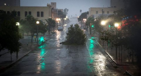 Orkanen Harvei slo inn over kysten av Texas med vindkast opp mot 60 meter per sekund natt til lørdag. Byen Corpus Christi (bildet) var en av de første som ble rammet. Foto: AP / NTB scanpix