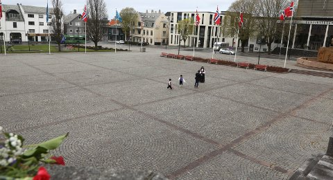 GRÅTT: Det kan bli både grått og vått på 17. mai på Haugalandet i år. Her fra Rådhusplassen på nasjonaldagen i fjor.