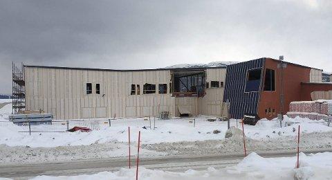 I RUTE: Fjellfolkets hus i Hattfjelldal reiser seg, og når har bygget fått tak. I september regner styret med at de 2000 kvadratmeterne kan tas i bruk. Foto: Rune Pedersen