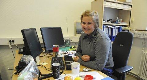 STRUKTUR: Maren Seljenes Lauritzen bedyrer at hun har ordet i hodet. Strukturen ligger i hvert fall ikke gjemt blant epler, gamle kopper, drops og annet rot på kontoret.