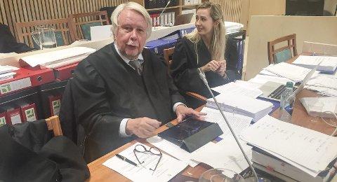KLARHET: Advokat Christian Wiig, flankert av advokatfullmektig Malene Holand, forsvarer familiefaren i overgrepssaken som nå behandles av Alstahaug tingrett. Bilder:Rune Pedersen