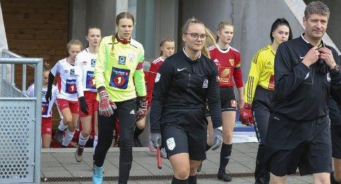 FINALEKLAR: Halsøy J13 kan marsjere inn på Sagbakken stadion lørdag. De spiller den første av ni finaler i aldersbestemte klasser og møter Grand. Bildet er fra semifinalen som ble spilt på Sagbakken mot Bossmo/Ytteren. Den kampen vant Halsøy-jentene 1-0.Foto: Stian Forland