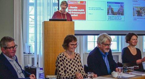 Boklansering: Jan Erik Andreassen (t.v.), Hege Lamark (på talerstolen), Lisbeth Morlandstø, Bengt Engan og Birgit Røe Mathisen fra journalistutdanninga ved Nord universitet.