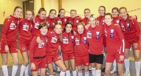 FINALEKLAR: Denne gjengen vant KM-finalen i fjor, og nå er de finaleklar igjen. Halsøys 14-åringer skal spille finale i J15 mot IK Grand fra Bodø. De møtte det samme laget i fjor i J13 og da vant de etter en spennende straffesparkkonkurranse.