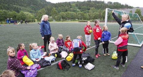 SISTE: Helgelendingen Fotballskole ble arrangert i 2019, men i fjor ble det ikke fotballskole på Kippermoen. Her er trenerne Andrea Myrnes Steinrud (t.h.) og Pernille Eriksen sammen med sin gjeng som var de yngste jentene.  Foto: Per Vikan