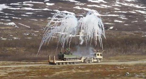 ACTION PÅ PORSANGMOEN:Stormpanservogna på tungtransporten skyter ut røyk for å kamuflere seg for fienden.