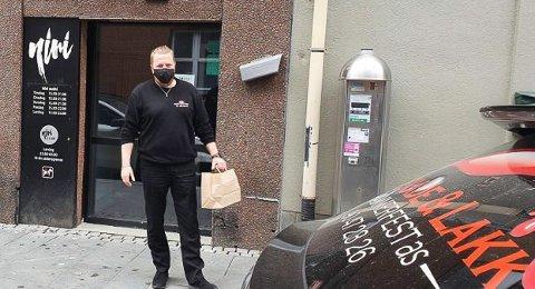 PÅ TUR: Taxisjåfør Frode Eriksen er klar til å bringe sushi ut til en sulten kunde i Akkarfjordveien.