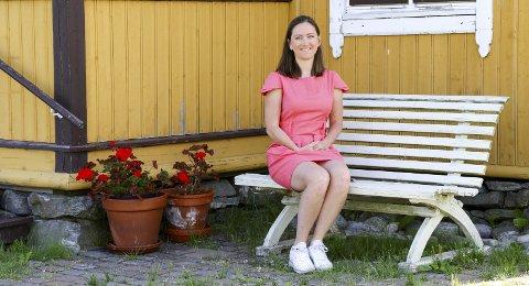 PÅ TRAPPENE: Kristine Askvik fra Blaker utvikler en app for pårørende. – Vi vil forenkle logistikken, men ikke erstatte omsorgen.Foto: Torill Funderud
