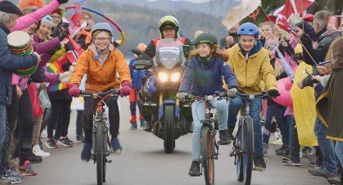 PÅ TV-SKJERMEN: Villum Rindal (oransje jakke), Marla Prabel Krause (i midten) og Adrian Bråthen (gul jakke) har alle medvirket i TV 2s nye reklamefilm sammen med flere kjente fjes.