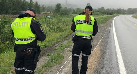 Politiet i Nordland oppfordrer bilister til å kjøre rolig etter at en bil kjørte av veien på Saltfjellet. Minst en person er skadet.