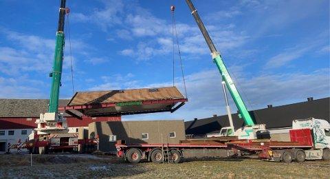 LØFT: Frank Kvia tok med seg heile taket, for å spara seg arbeidet med å demontera og setja det saman att.
